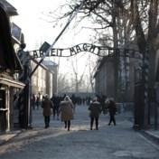 Merkel brengt eerste bezoek aan Auschwitz en geeft 60 miljoen euro
