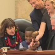 Kleuter nodigt hele klas uit tijdens adoptiezitting