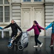 2.400 activisten vormen mensenketting: 'Samenwerking is cruciaal in klimaatbeleid'