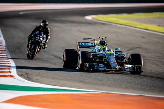 F1-kampioen Lewis Hamilton en MotoGP-legende Valentino Rossi wisselen van bolide
