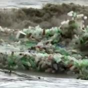 Golven vol plastic flessen spoelen aan op Zuid-Afrikaans strand
