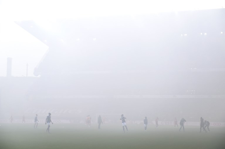 Eerste minuten van geladen Clasico gehuld in rook: fans van Standard en Anderlecht zorgen voor vuurwerk op Sclessin