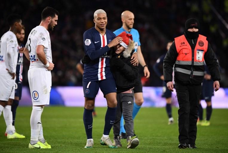 PSG wint op reserve, Mbappé geeft fan die veld op stormt een handtekening