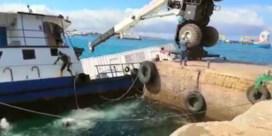 Schip met 2500 liter diesel zinkt door omgevallen kraan op Galapagoseilanden