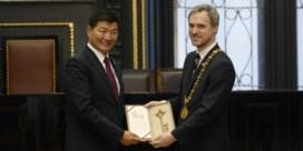 Burgemeester van Praag toont Peking middelvinger