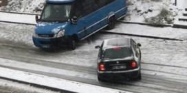Spekgladde wegen in Turkse hoofdstad zorgen voor chaos op de weg