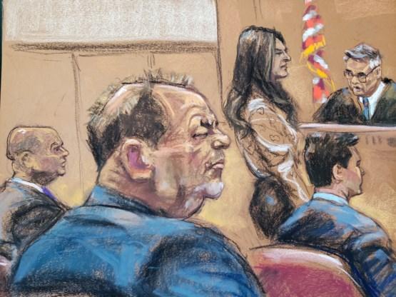 Telefonerende Weinstein veroorzaakt opschudding tijdens proces, rechter weigert wrakingsverzoek verdediging