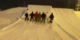 Zeven Finse skiërs doen backflip hand in hand