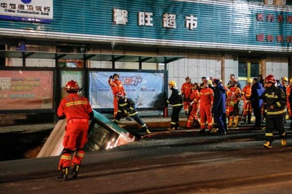Zes doden nadat volledige bus opgeslokt werd door zinkgat in China