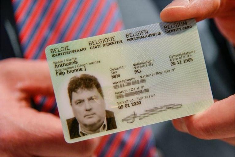 Burgemeester Lokeren toont nieuwe identiteitskaart, en deelt zo persoonlijke gegevens met iedereen
