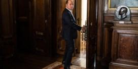 De burgemeester met een paars-witte sjerp