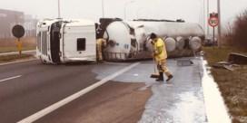 Liters melk op de weg na ongeval met tankwagen in Poperinge