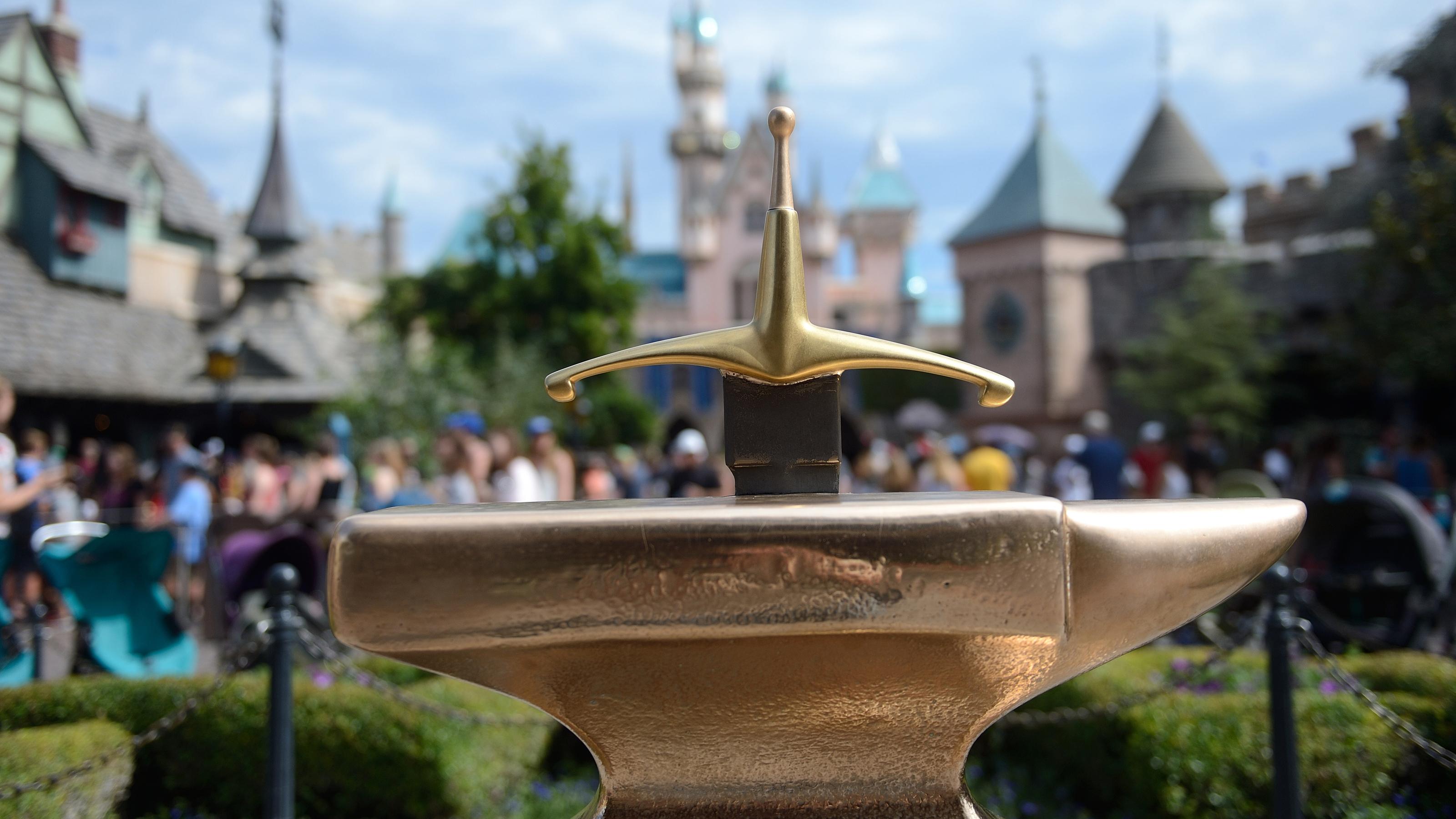 Ook dat nog: man trekt zwaard Excalibur uit aambeeld in Disneyland