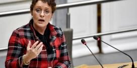 Minister Peeters stuurt verplichte wachttijd voor taxi's en Ubers bij