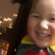In quarantaine geplaatste bewoners roepen 'Wuhan, vecht' vanaf balkon