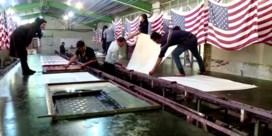 Iraanse vlaggenfabriek produceert 2.000 vlaggen per maand om in brand te steken
