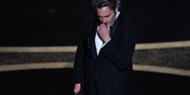 Joaquin Phoenix krijgt het moeilijk wanneer hij naar overleden broer verwijst