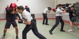 Politie legt lat voor rekruten lager en voert deliberaties in