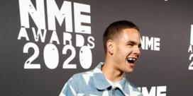Rapper Slowthai wint NME Award, maar wordt uitgejouwd en afgevoerd