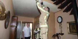 Brandweer deelt rookmelders uit in woonwijk waar brand woedde