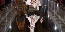 Rebelse Victoria Beckham defileert onder goedkeurend oog van Rubens