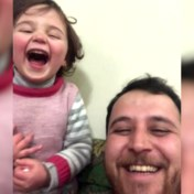 'La vita è bella' in Syrië: vader en dochter lachen luidkeels wanneer bom valt