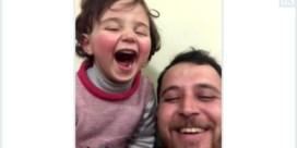 De Standaard belde met vader van lachend Syrisch meisje: 'Lachen neemt angst weg'