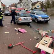 Auto rijdt in op carnavalsstoet in Duitsland