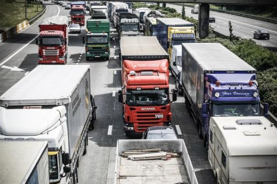 Smurrie op wegdek veroorzaakt lange file op A12 in Antwerpen-Noord