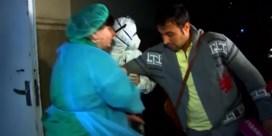 Mogelijke coronapatiënt ontsnapt uit quarantaine en spreekt pers toe, tot dokters hem te pakken krijgen