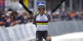 Omloop Het Nieuwsblad voor vrouwen: wereldkampioene Annemiek van Vleuten haalt meteen zwaar uit