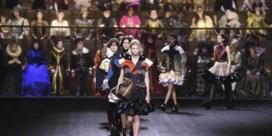 Louis Vuitton maakt indruk met tweehonderd-koppig koor