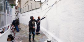 Graffitistraatje kleurt wit om museum aan te kondigen