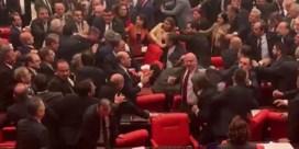 Gevecht breekt uit in Turks parlement over militaire actie in Syrië
