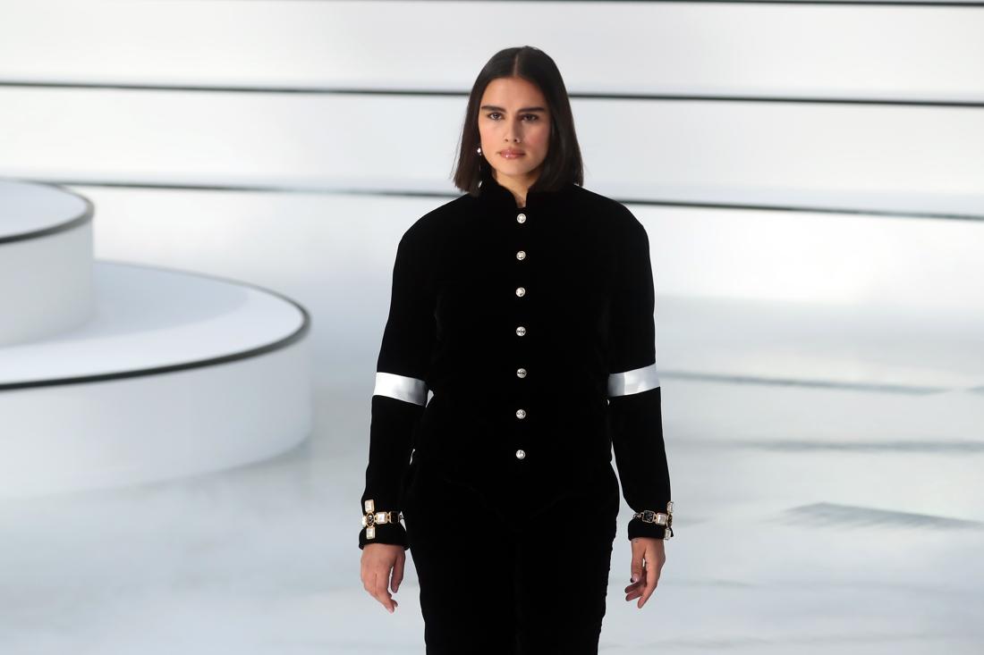 Verrassend Chanel verrast met 'gewone' vrouw op de catwalk - De Standaard Mobile FU-47
