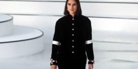Chanel verrast met 'gewone' vrouw op de catwalk