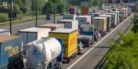 Lange file op Antwerpse ring door olieverlies na ongeval in Kennedytunnel
