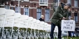 Nabestaanden van 298 slachtoffers MH17 plaatsen evenveel stoelen aan Russische ambassade in Nederland