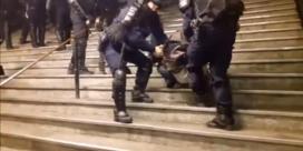 Franse politie pakt betogende vrouwen hardhandig aan