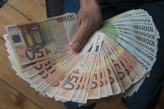 Eerlijke vinder brengt 10.000 euro naar politie