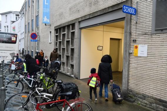 Artsen willen alle scholen dicht, Weyts noemt dat 'niet aan de orde'