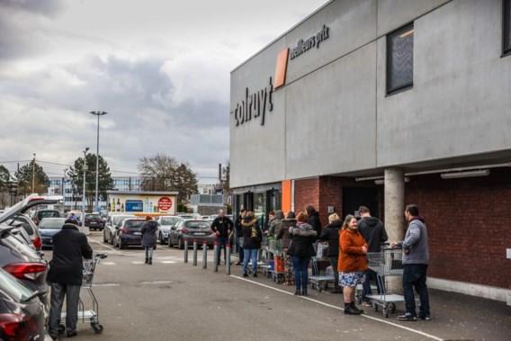 Politie moet hamsterende klanten in Aalst en Anderlecht in bedwang houden