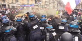 Gele hesjes negeren coronamaatregelen: gewelddadig protest in Parijs