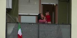 Mensen in quarantaine applaudisseren voor medisch personeel op balkons