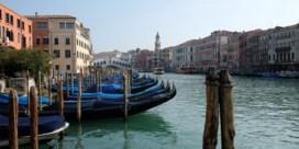 Venetiaanse kanalen glashelder na lockdown door corona