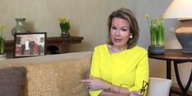 Koningin Mathilde richt zich tot jongeren in coronatijden en leest voor