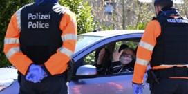 Twee mannen die naar agenten spuwden of hoestten gearresteerd