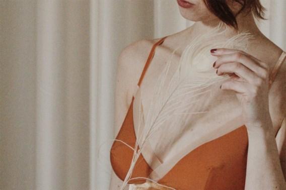 Belgische lingerieontwerpster presenteert zelf nieuwste collectie, vanuit haar slaapkamer