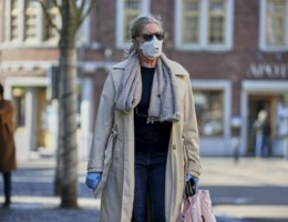 Iedereen met mondmasker op straat? 'Geen goed idee', volgens Van Ranst