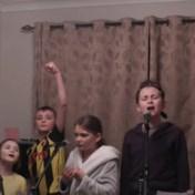 Britse familie uit klachten in eigen versie van 'One day more' uit Les Misérables